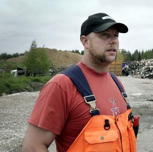 Anders Tellin på återvinningscentralen i Jättendal har ett grannlaga uppgift att hitta rätt man eller kvinna bland högen av ansökningar.