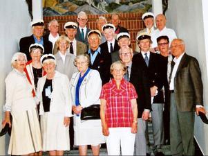 De jubilerande studenterna samlade i läroverkets trappa, där de för 60 år sedan tågade ut för att firas sedan de utsatts för censorernas fruktade förhör. Från vänster i nedersta raden Märit Laretei (f. Abrahamsson), Södertälje, Ruth Jönses (Norén), Brunflo, Kerstin Sundström, Gällö, Inger Hultgren (Pihl), Östersund, och Carl David Jansson, Skellefteå. Mellersta raden Kerstin Westermark (Olsson), Frösön, Reidun Laurén (Svedberg), Stockholm, Bertil Ericsson, Östersund, Håkan Dixelius, Östersund, Gösta Nilsson, Östersund, Anna-Britta Nilsson, Brynje, och Per Pettersson, Stocksund. Översta raden: Lennart Winberg, Frösön, Evert Lindberg, Frösön, Kåre Månsson, Östersund, Sven-Erik Johansson, Frösön, Nils Jacobsson, Kalmar, Ante Nässén, Ås, Jan Nilsson, Saltsjöbaden, Bertil Arvidsson, Stockholm och Roger Larsson, Stockholm.