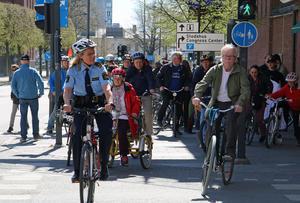 Cykelparaden genom Västerås ger sig i väg med polis Barbro Ottestam i täten.