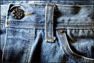 Via sms misstänks en okänd man ha ofredat en kvinna i Lekeberg när han i helgen ville köpa hennes jeans.