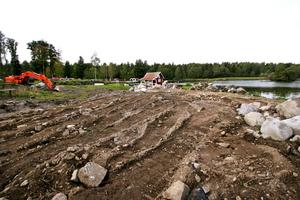 Tio villor. Här på udden vid Hjälmaren planeras tio villor byggas. Först ska marken förstärkas och höjas med en meter.