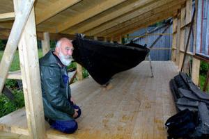Lotsen Lars Petter Boijas första tjänstebåt byggd 1896 på Bremön av båtbyggareTjernberg. Frank Carlberg har byggt ett eget hus åt den kulturellt värdefulla båten.