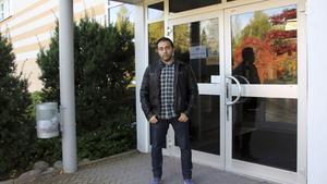 """41-årige Fadi Alaqaui kommer från Libanon och har väntat sedan i början av juni på att få läsa på sfi i Fagersta. """"Jag söker jobb. Men arbetsgivare säger att jag måste prata mycket bra svenska. Nu kan jag bara lite bra svenska"""", säger han."""
