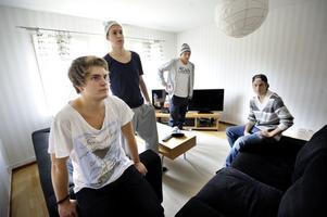 Under fredagen vilade Maximilian Sundqvist ut hemma i lägenheten på Jungfruvägen, i sällskap av kompisarna Robin Hansson, Alexander Selin och Filip Hilmersson.