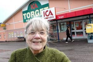 """SOPORNA NÄRMARE. Birgitta Östlund, 76, i Lövstabruk vill ha en återvinningscentral på orten. """"Nu måste jag bidra till miljöförstöringen och ta bilen"""", säger hon."""