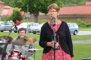 Arrangören Birgitta Tapper hälsar alla välkomna till Jungfruveckan. Bandet Fårat gäng inledde musiken.