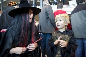 Häxan Ann-Sofie Fransson och monsterjägaren Svante Pettersson firade halloween ihop på Läkerolen.