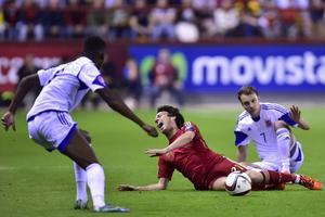 Lars Gerson tacklade David Silva. Spaniens stjärna fick kliva av skadad.