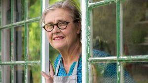Birgitta Sandström Lagercrantz trivs i sin kolonistuga. Framsidans fönster är tillverkade av återvunna glasrutor.