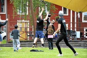 Stor och Liten. Som uppvärmning arrangerades en doppbollsmatch där både vuxna och de lite mindre barnen deltog.