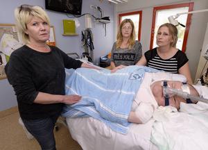 29-årige Daniel Andersson behöver ständig hjälp med andningen. Han är också i behov av kontinuerlig övervakning. Från vänster står mamma Diane Andersson och assistenterna Sari Andersson och Madeleine Hägglund.