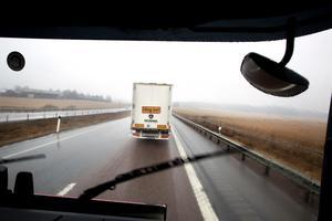 Lastbilarna åker på tio meters avstånd från varandra.