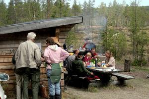 Besökarna fikade också tillsammans för att fira dagen. Men innan det blev kaffe och tårta hade de med sig mat att lägga på grillen.