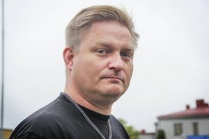 Christian Jensen vill ha svar från kommunen om varför de inte följt sitt beslut om att löneutvecklingen för lärare ska ligga över det nationella riktmärket.