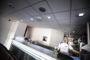 Ahmet Sekersöz provar ljuset i den nya baren.