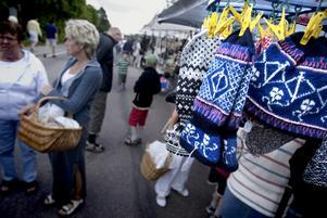 Mössor och vantar. Det mesta fanns att köpa vid de många marknadsstånden i Kyrkbyns centrum. Foto:Karin Rickardsson