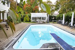 Bakom planket finns både pool och växthus.
