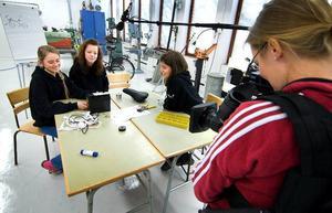 Tagning pågår. Ständigt bevakade av tv-kameran ska Cajsa Grape, Mikaela Johansson och Malin Eriksen tillverka en cykelsadel med inbyggd värme.