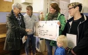 Gunilla Ström överlämnar Sockanstipendiet till från vänster Lena Jensen, Caroline Bergström och Jenny Drugge. Foto: Staffan Björklund