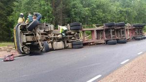 Det kan ha varit en skada på höger framdäck som orsakade singelolyckan på länsväg 773 i Brännås, Bjuråker.