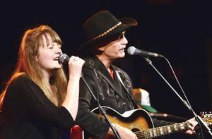 Ellen Sundberg sjöng duett med Doug Seegers under Rolling Rootsy Revue i Östersund under fredagskvällen.