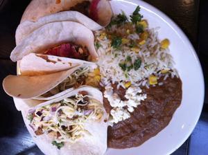 Mättande LA-tallrik. Olika soft tacos, bönröra och koriander-ris.