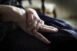 Efter tre veckor magsjuka hamnade den gamla kvinnan till slut på sjukhus, uttorkad och undernärd. Tio dagar fick hon ligga kvar.