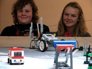 Mattias Persson och Fanny Jonsson med sin legorobot.