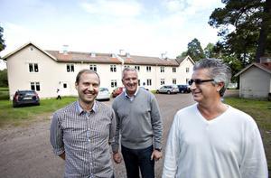 De nya ägarna av Engeltofta.  Daniel Carlsson, delägare i Brända Bocken. Anders Bäckström, ordförande i NickBack 1 AB och Mats Söderström, vd för BrynäsBO.