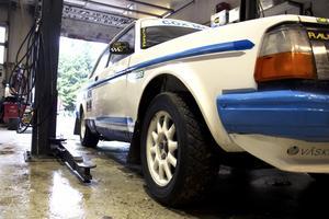 Mycket skruvande. Deras Volvo 240 har fått genomgå många timmar i garaget för att bli vad den är idag.