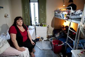 Privatlivet blir det si och så med för Ann-Charlotte Bylund i Härnösand. Efter vräkningen delar hon i dag rum med två tioåringar hemma hos dottern.