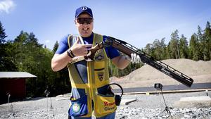 Håkan Dahlby med byggarbetsplatsen i bakgrunden - där han även tränar inför OS i Rio i augusti.