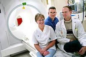 Varje år görs närmare 3 000 magnetkameraundersökningar vid länssjukhuset i Gävle. Tekniken uppskattas av Siw Lindberg, Erik Risne och Lars Eliasson vid röntgenavdelningen. Foto: Annakarin Björnström