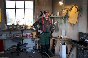Kristian Lund i sin verkstad vid Norsbro stenhuggeri i Leksand. Här skapas allt från gravstenar till talande stenar och Kristians fantastiska fredsstenar.