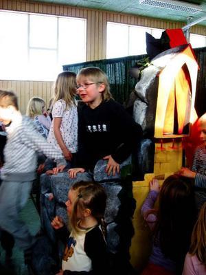 Förskoleklassen Björkar och Kottar i Marieby förskola/skola fick se en mycket uppskattad föreställning när länsteatern med Niklas,Karin och Ingemar visade föreställningen Önskebrunnen för barnen. Det skrattades och deltogs av hjärtans lust. Barnen blev så involverade i handlingen att de nästan övertog föreställningen. Efteråt var det fritt fram att prova om Önskebrunnen verkligen fungerade.