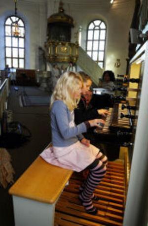 Oliva Yng och Hilda Knollenburg spelade även båda två samtidgt på kyrkorgeln vid söndagens gudstjänst i Selångers kyrka.