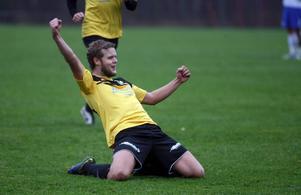 Christian Jerner Haaranen har precis gjort 2–0 för Järbo och då blev han så här glad.