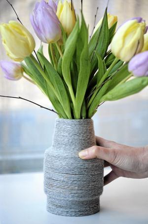 Har du ingen vas med rustik känsla – gör en själv. Här är garn lindat och fäst med hobbylim kring en gammal vas.