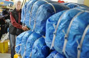 Uppkörning pågår. Göte Sandsgård, 83, flyttar hundratals kilo kläder med stor precision och blir godkänd truckförare.