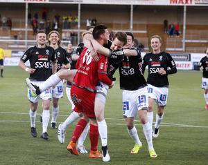Brages målvakt, Peter Rosendal, firar med lagkamraterna efter att ha räddat den avgörande straffen i Svenska Cupen.