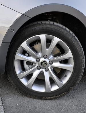 Stora hjul med lågprofildäck gagnar varken ljud- eller åkkomfort. Men lagen tillåter