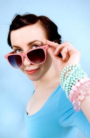 Rosa glasögon från Gina Tricot, 59 kr. Turkosa halsband, här som armband, 24,90 och 39,90 från Glitter. Stort rosa genomskinligt armband, 59,90, litet rosa genomskinligt armband, 32,90, och rosa armband med runda pärlor 64,50. Alla från Glitter.