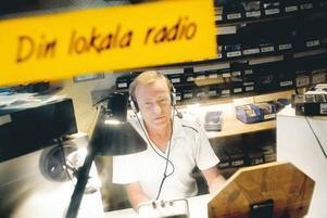 """Rutinerad Radioman. Cityradions Bosse Sundström har varit med sedan lokalradion startade  i Gävle. Nu, 25 år senare, sänder radion från Bosses hus. Där är det ett helt team som jobbar bakom kulisserna. """"Personalen och jag är ett lag"""", säger Bosse."""