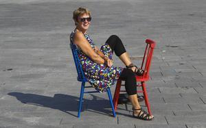 Här på Stortorget i Östersund kommer det snart att krylla av valstugor. LT:s reporter Anita Näsberg bjuder in politikerna till ett samtal på den blåa eller röda stolen.