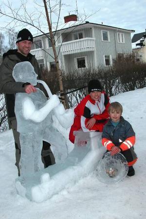 Festivalsegrare. Med idel vassa verktyg isskupterade Magnus Rolands med sönerna Jonatan och Oliver