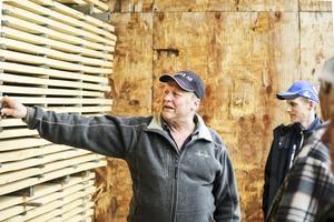 Bror-Inge Dahlgren guidade besökarna runt i sågverket.