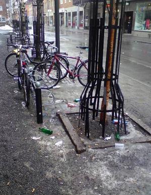 I lördags morse var flaskor och glaskross spritt över på Prästgatstrottoaren söder om Thoméegränd.
