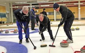 Lag Hellander är bara tre stycken, den här matchen. Deras röda sten är på väg att lägga sig i poängläge. Sven-Olov Zetterström, Alf Hellander och Hans Frisk sopar för fullt.