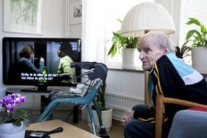 Väntar. Tage Englund fördriver tiden framför tv:n på Bomhusgårdens korttidsboende. Han har varit här sedan december, och delar nu det gamla sjukhemsrummet med en annan man. Men tanken har hela tiden varit att han ska få flytta vidare till en egen lägenhet i ett riktigt äldreboende. Frågan är bara när det blir en plats ledig för honom.