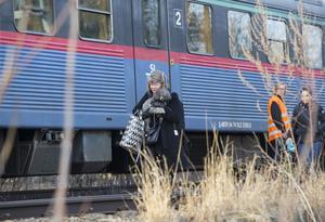 Passagerare, bagage och husdjur evakuerades med stegar och fick promenera en kort sträcka på järnvägsspåren i riktning mot väntande bussar.